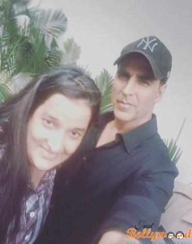 Dishoom-Selfie-Akshay-Kumar-with-Priyanka-Raina